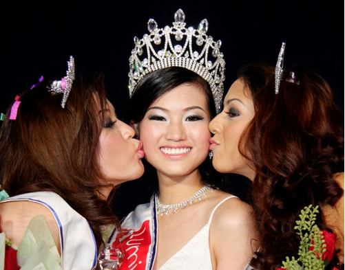 Miss Singapore 2009 resigns after Lingerie/CreditCard fraud thumbnail